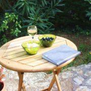Burgund-Pause mit Reisehandbuch