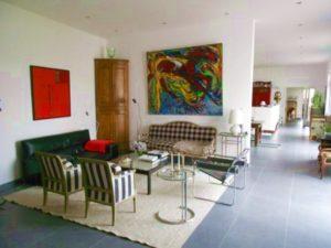 Burgund-Wohnbereich im Atriumhaus