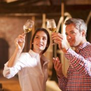 Kulturreise-Paar bei Weinprobe