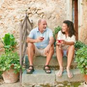 Provence Paar mit Glas Wein