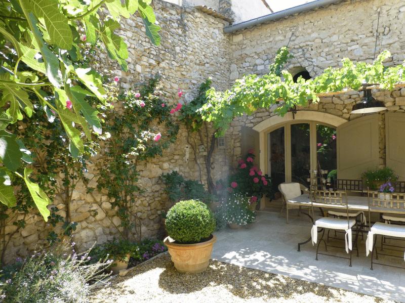 Provence Rundreise-Innenhof im Steinhaus