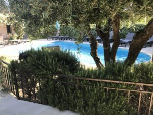Pool unseres Hotels in der Provence