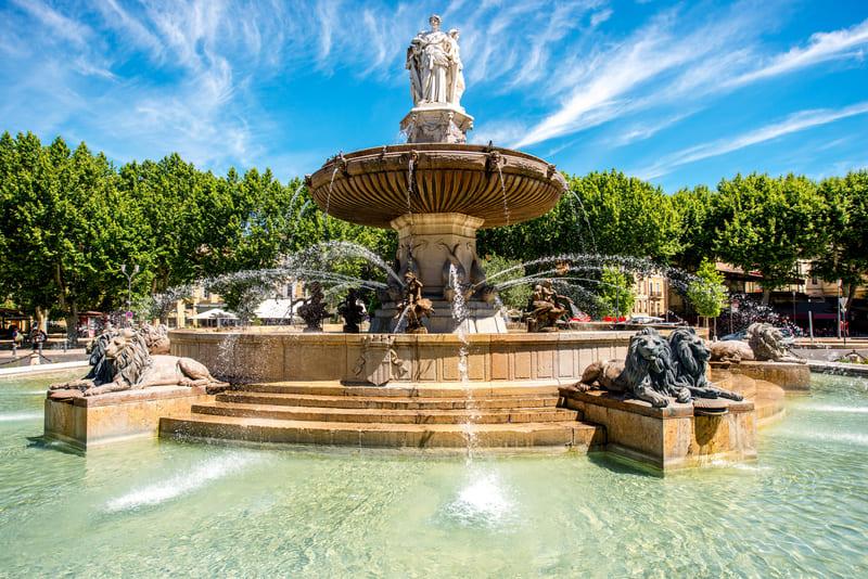 Innenhof des Steinhauses-Brunnen in Aix-en-Provence