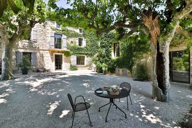 Provence Rundreise-Innenhof der Mas bei Avignon